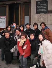 演劇大学正門前のワークショップ参加者