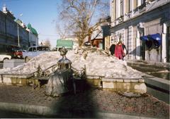 オムスクのメインストリートにある貴婦人の銅像