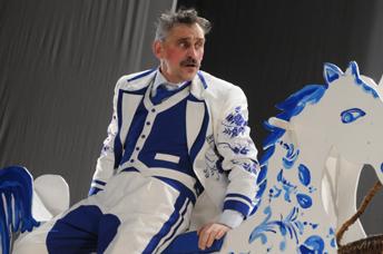 オムスク国立第五劇場 『33回の失神』の「結婚申し込み」の場面