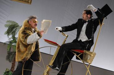 オムスク国立第五劇場 『33回の失神』の「記念日」のシーン