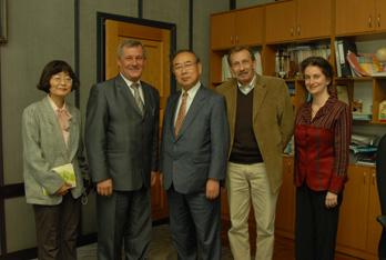 オムスク大学学長(左から2人目)と渡辺教授
