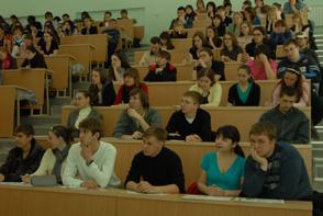 熱心に講義を聞く学生たち