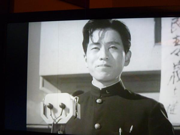 学生運動のリーダーを凛々しく演じた若き日の河崎保氏の写真