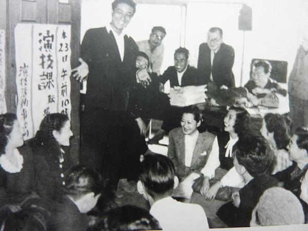 若き日の河崎保氏。職場集会での一コマ